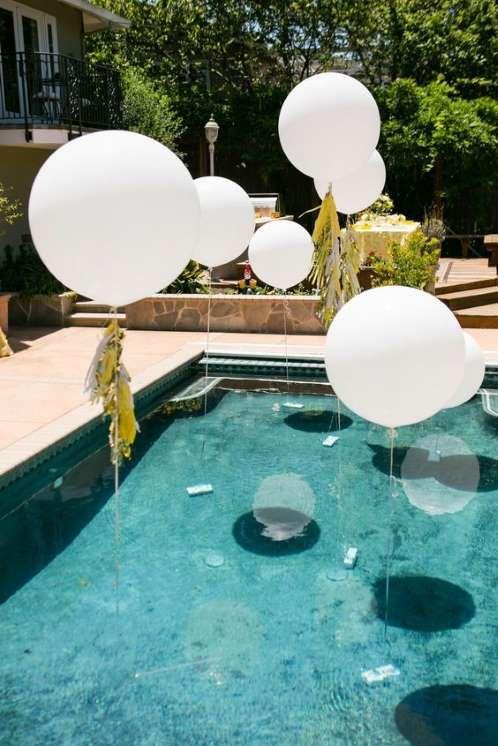 Pour un party piscine l gant accrochez quelques ballons for Party in piscina