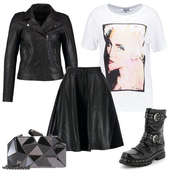 super popular 68515 6c266 L'outfit è composto da un paio di anfibi neri in pelle, una ...