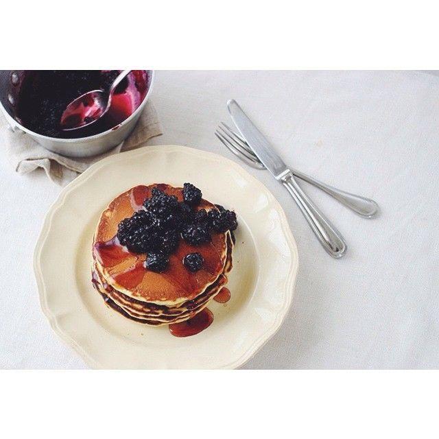 「おやつにパンケーキ。ブラックベリーとメイプルシロップ。 #pancake #maplesyrup #blackberry」