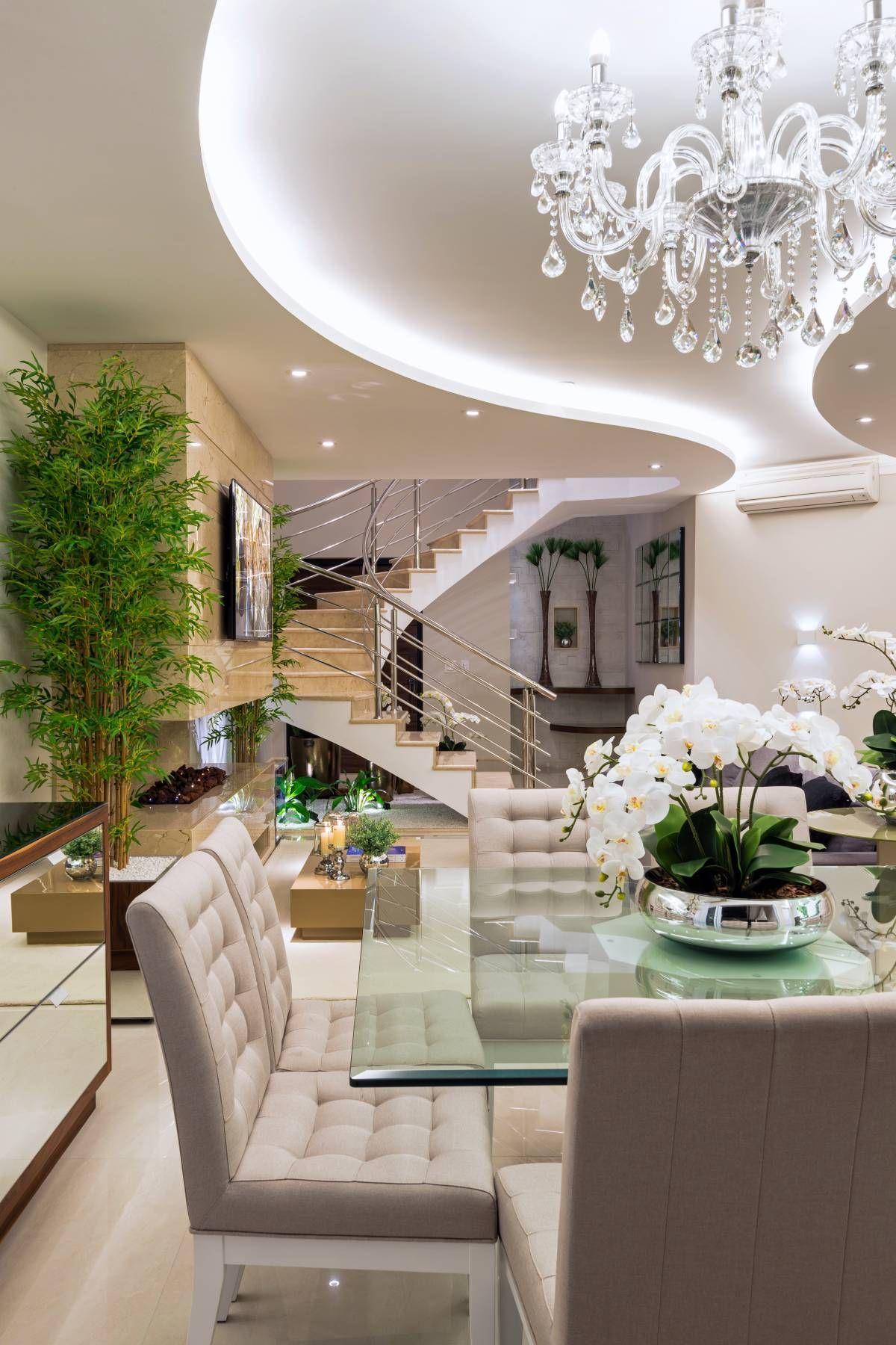 Salas de estar e jantar integradas e com lareira revestida for Ideas e interiores