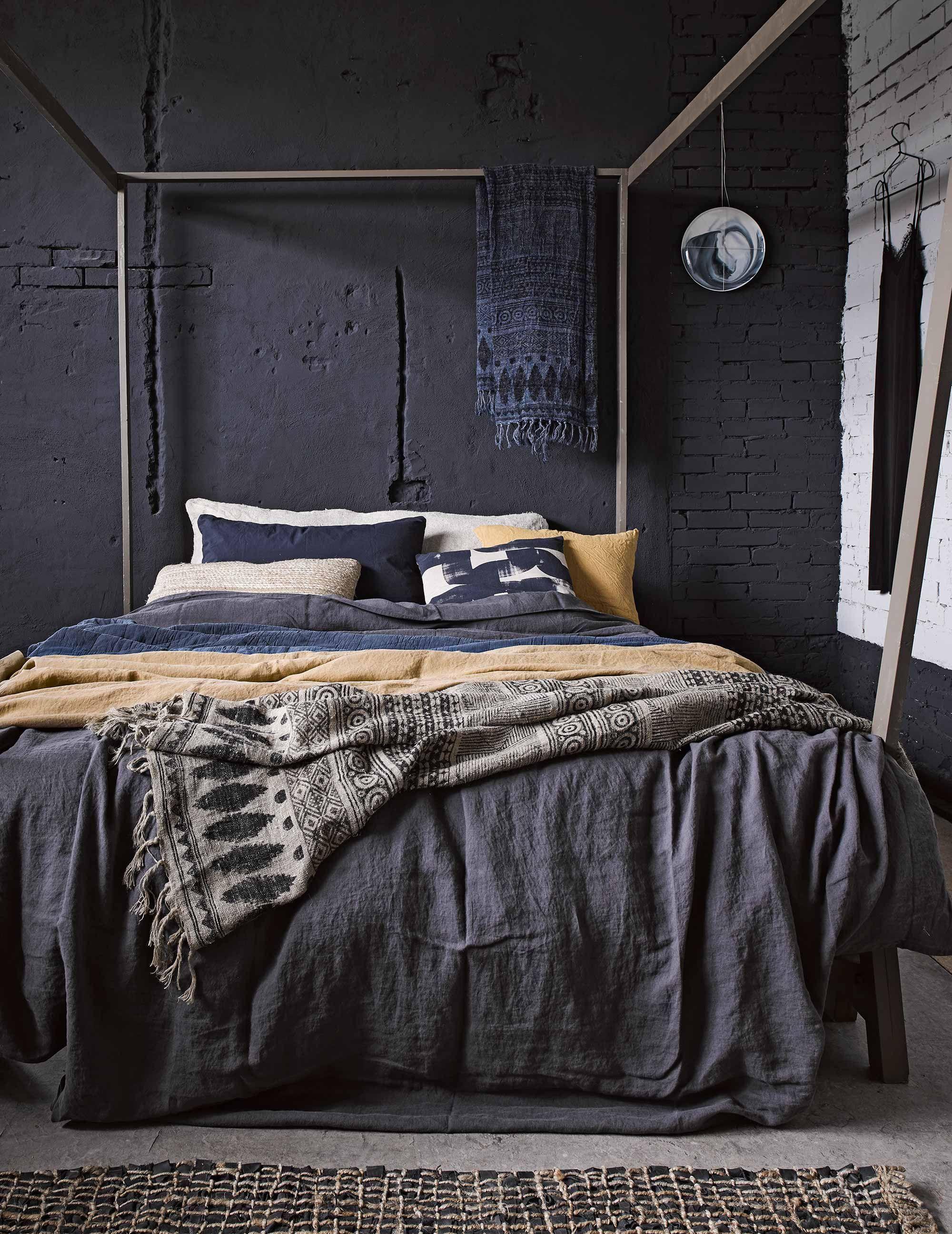 donkere slaapkamer dark sleepingroom vtwonen 03 2017 fotografie alexander van berge hans blomquist debi treloar styling marianne luning