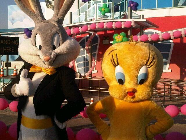 Bugs y Piolin saludan a nuestros seguidores desde la inauguración de la nueva atracción: Academia de pilotos Baby Looney Tunes