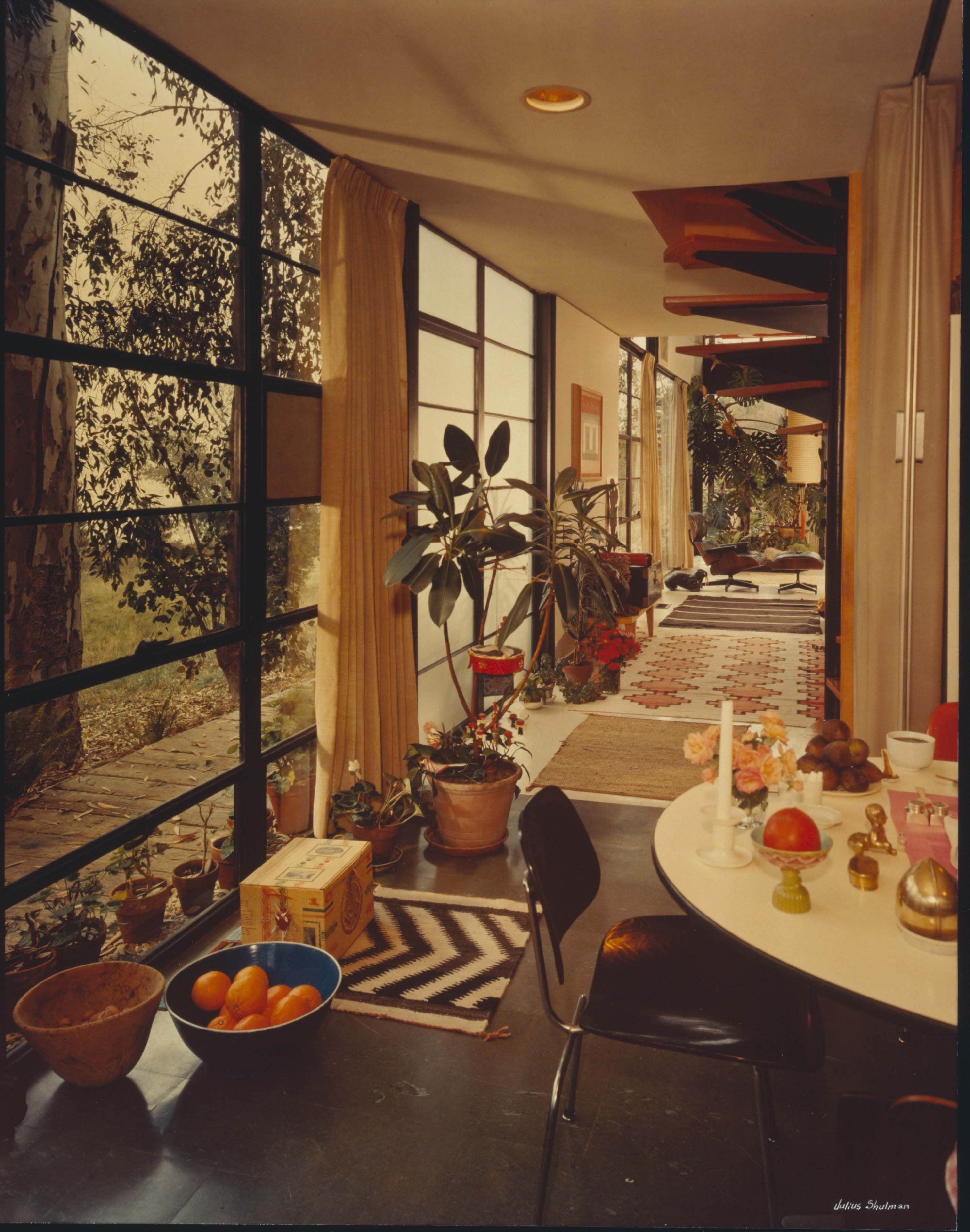 Beautiful technicolor photo of the eames house in the for Eames mobilier