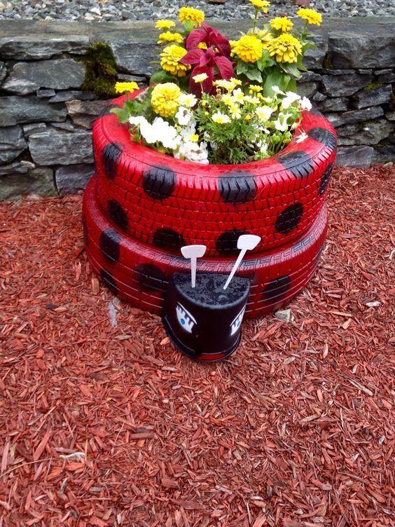 cr atif avec le caoutchouc faites de votre pneu de voiture un magnifique pot de fleur pour. Black Bedroom Furniture Sets. Home Design Ideas
