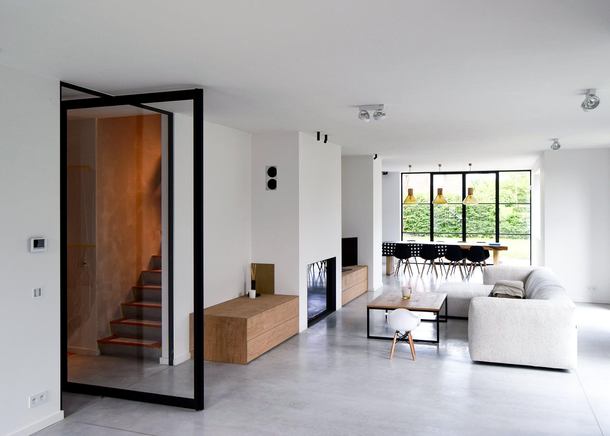 Stalen taatsdeur tussen inkom en woonkamer in een moderne woning ...