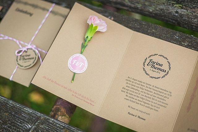 Die Einladungskarten aus Holz für eure Hochzeit von Mannikus Made bestechen durch ihre feinen Konturen und Gravuren: Perfekt für Scheunenhochzeit
