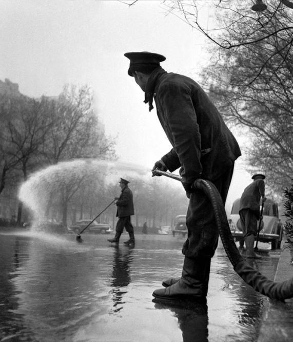Un operario regando en Madrid en 1953 (Catalá-Roca)
