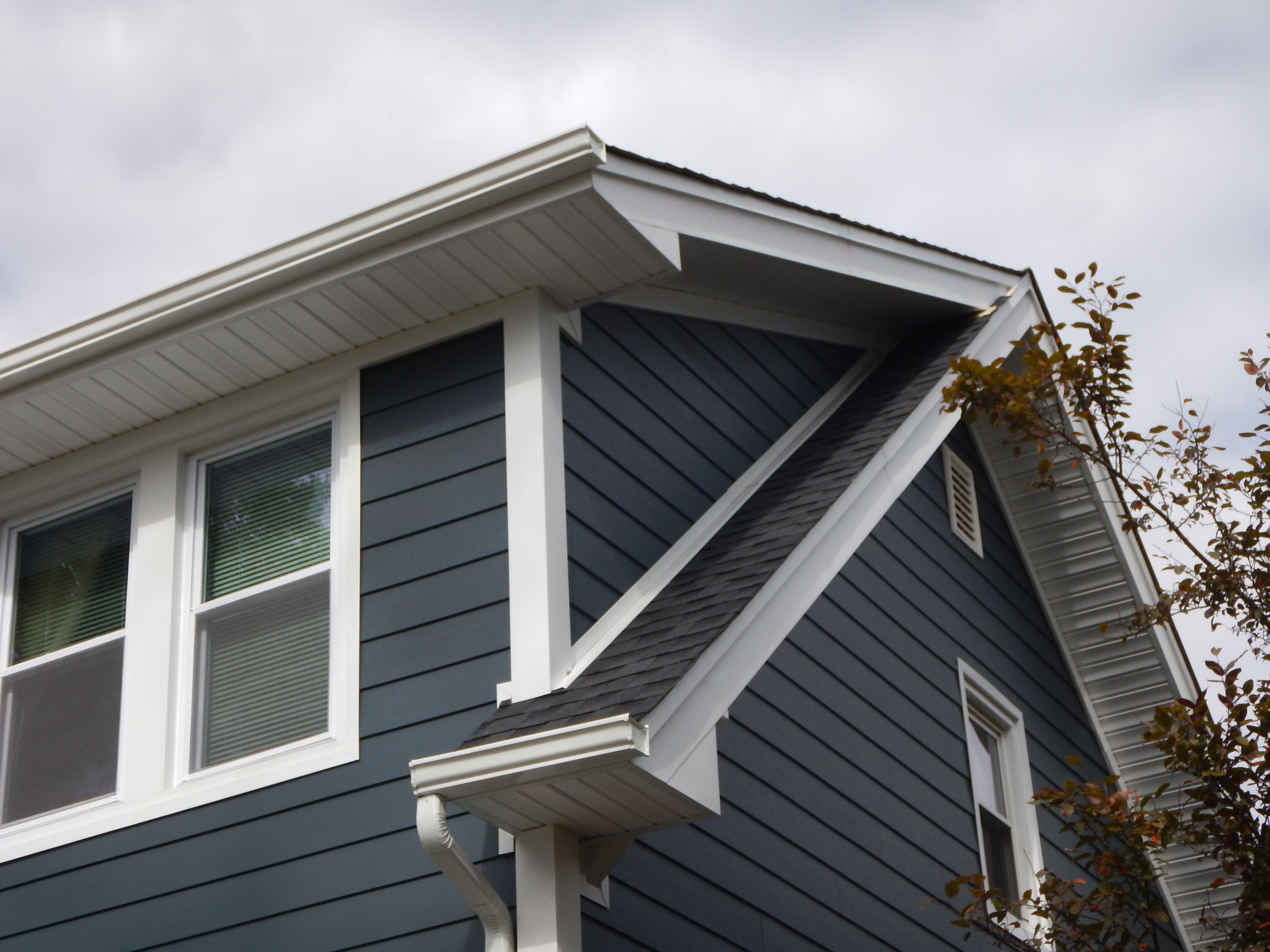 We Can Help You Come Up With Endless Azek Trim Designs For Your Bay Windows Bow Windows And Much More The Si Siding Contractors Siding Companies Siding Repair