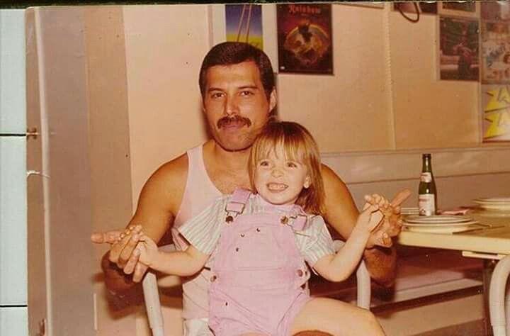 Freddie con el hijo de john mack. Su ahijado.