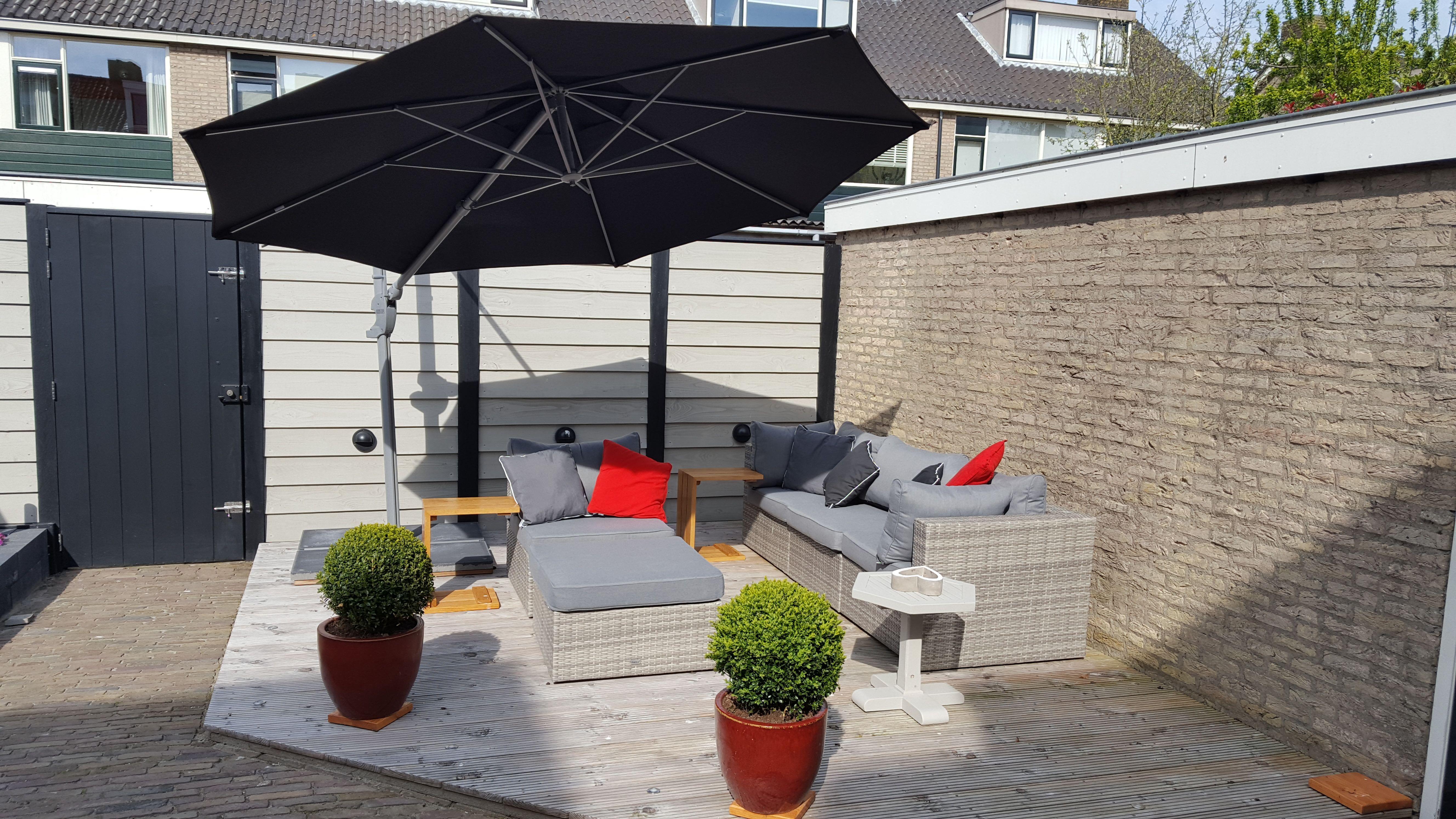 Zwarte zweefparasol onder een grijze loungeset met - Kees smit gartenmobel ...