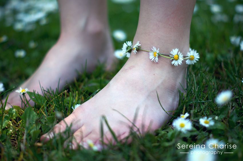 Daisy Chain Ankle Bracelet - reminds me of making daisy chain necklaces with my children. There are some really beautiful photos from this person.