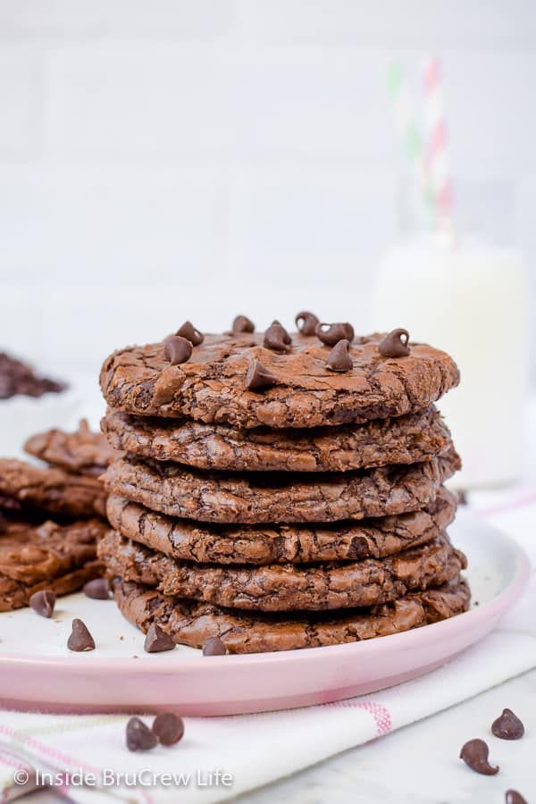 Chewy Chocolate Brownie Cookies - these thin chocolate cookies are chewy and delicious. Great recipe to fill with your favorite ice cream for an amazing summer treat!