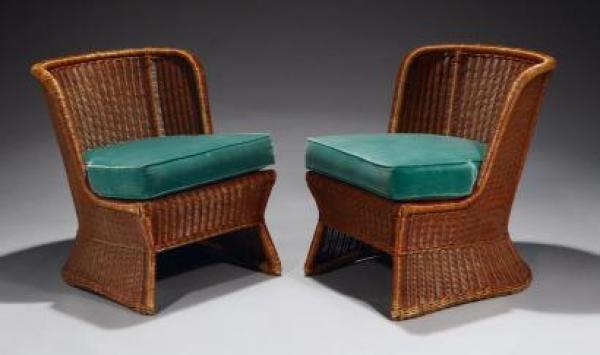 Travail des Années 50<br>Paire de petits fauteuils à dossier arrondi en moelle de rotin. Coussin d'assise en velours vert.
