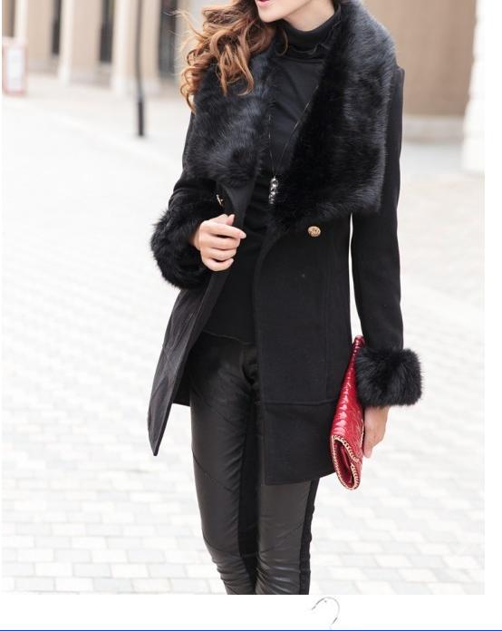 Pochette rouge sur un look total black #streetstyle #CpourL