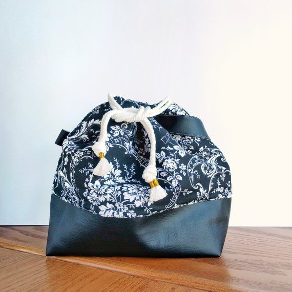 Ami Amores Project Bags are Finally Here!! Carry your crochet, amigurumi, or knitting projects in style! Ideal for knitting or crocheting around the house, in the car, or on a trip around the world! Ami Amore Project Bag Features: • Durable PU leather bottom and handle • Flat bottom: bag