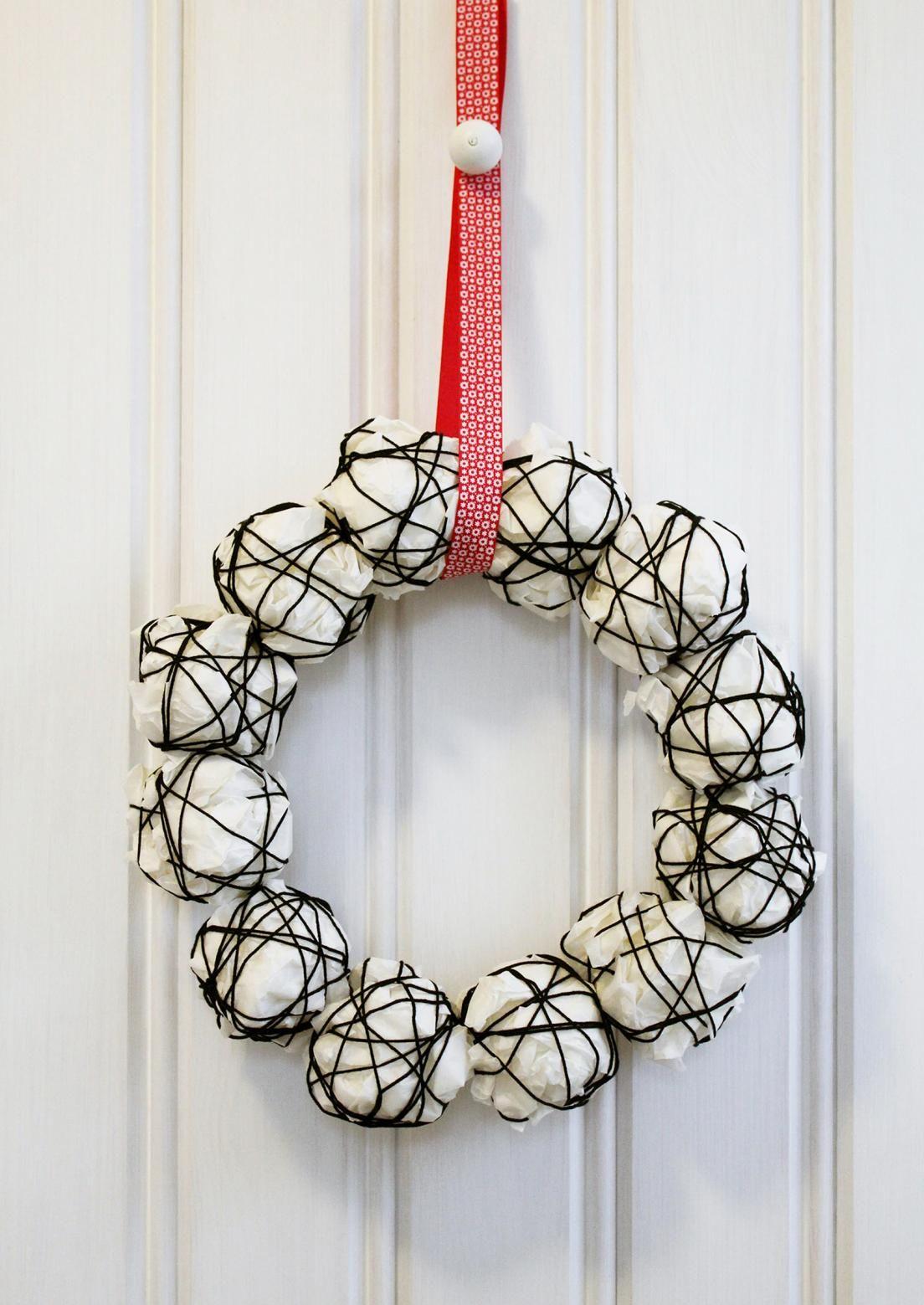 Askartele joulukranssi rytätystä paperista ja ohuesta rautalangasta. Kranssi sopii koristeeksi seinälle, ikkunaan tai sisäoveen. Katso helppo ohje.