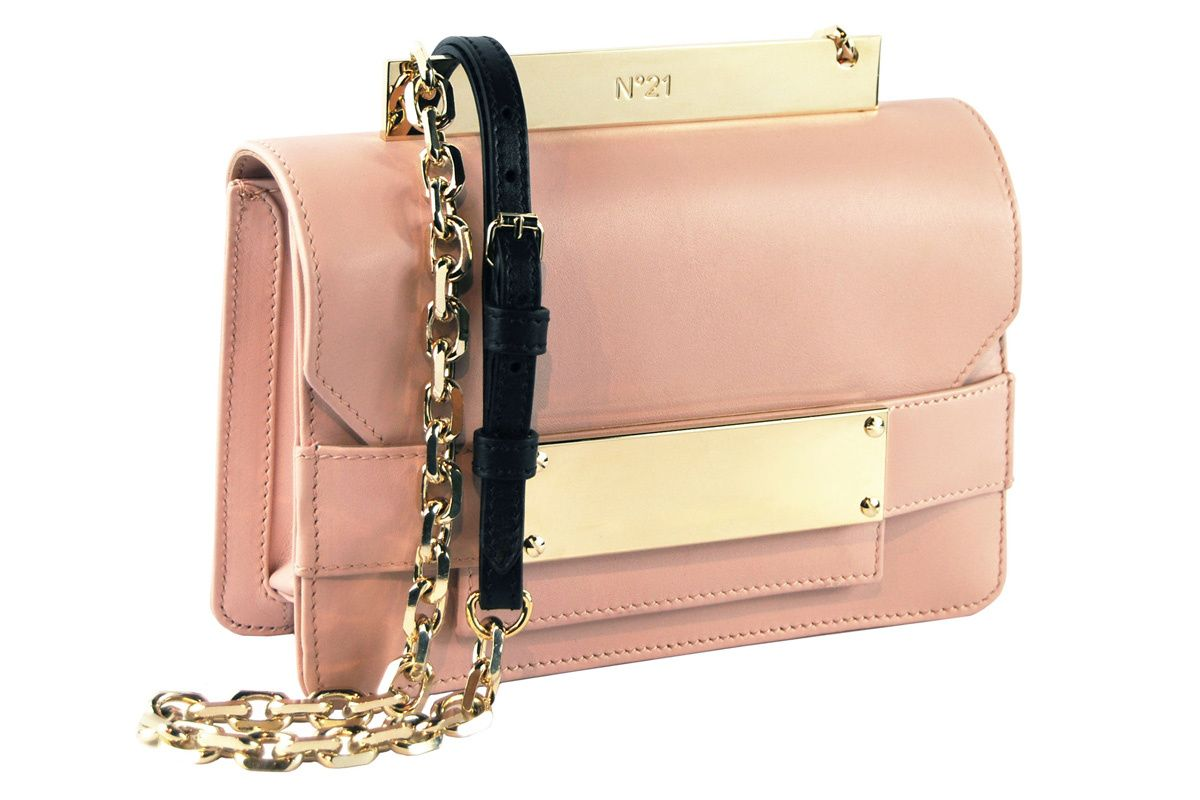 21 opens in the world of accessories with a bag whose name can not be more  evocative  Bad-Belle . A little find in a romantic light pink leather with  chain ... 0890e35d2f4fe