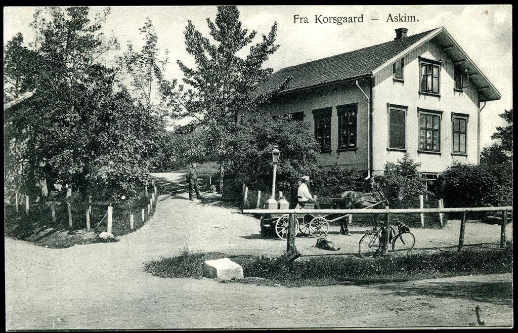 Østfold fylke ASKIM. Fint motiv fra KORSGAARD. Hestekjerre med melkespann. I følge påskrift er kjørekaren Ludvig Evensen.