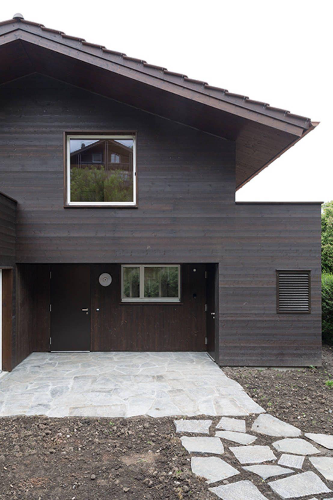 In bester Lage am Thunersee in der Schweiz verwirklichte das Architekturbüro Oliver Brandenberger Architekten BSA SIA den dezenten Umbau eines Hauses an einem See.