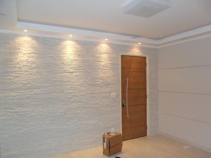 Iluminação para o revestimento branco da cozinha