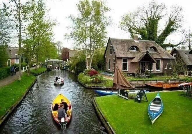 RT @forevertext: A village in the Netherlands with no roads; the only form of transport is boat  https://t.co/o0AI67ky2T