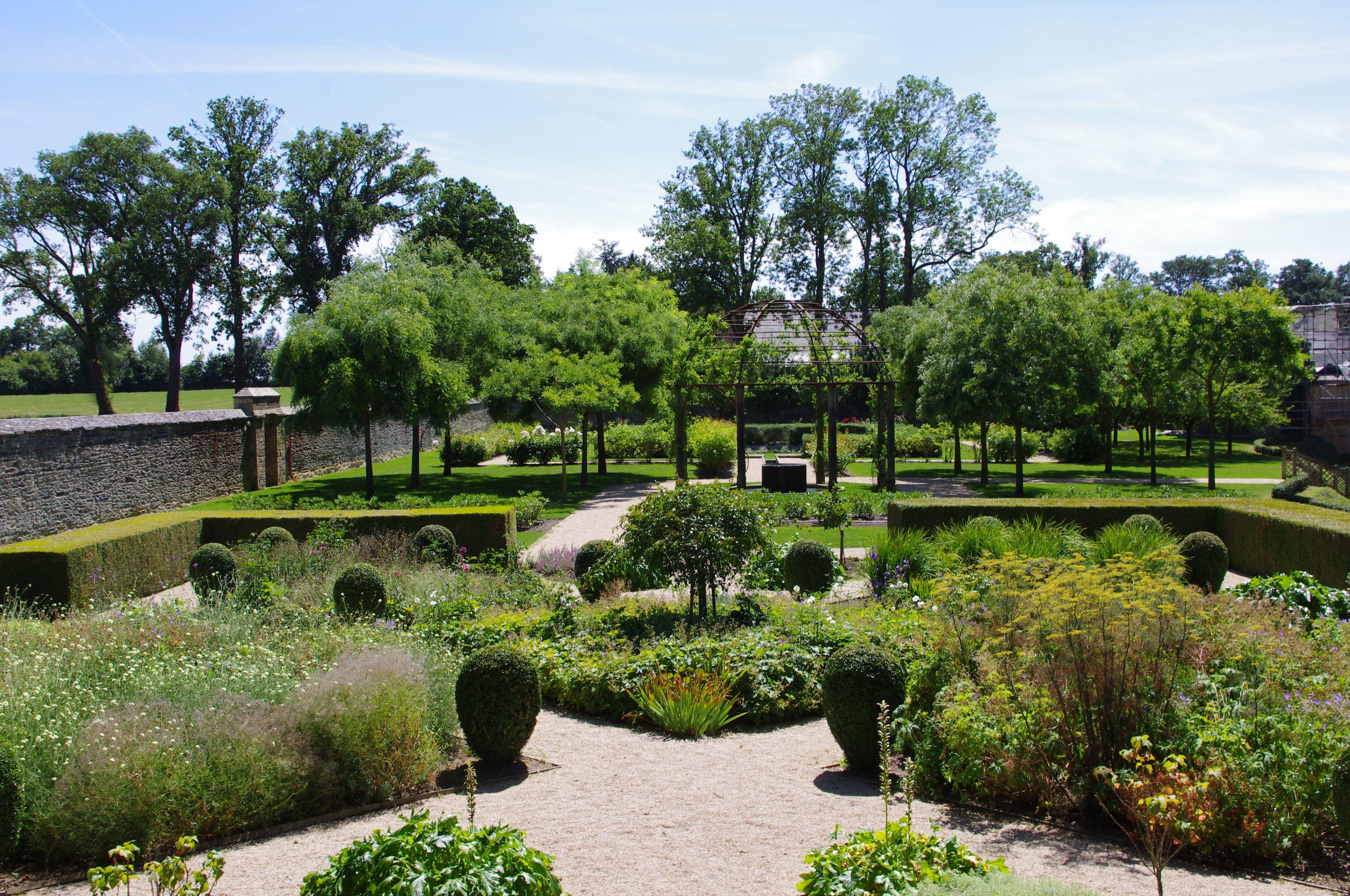 Jardin De Curiosites Jardin Medieval De La Fontaine De Vie