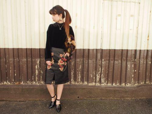 柔らかいフェイクレザーに  ベージュやボルドーの  糸で綺麗な刺繍が施された  スカートです     センターのスリッドが  スッキリした印象に♩
