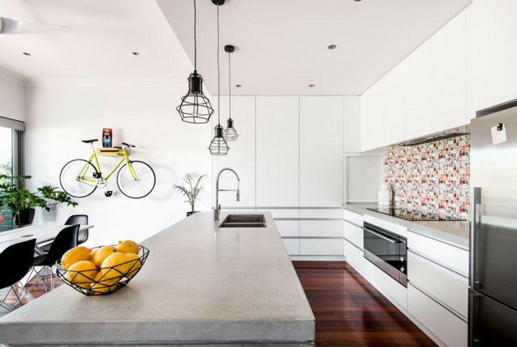 Weiße Küche mit Beton Kücheninsel mit Spüle   Living Kitchen ...