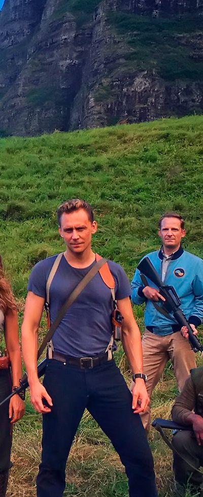 OMG! Tom Hiddleston on the set of Kong: Skull Island. Full size image: https://i.imgbox.com/2en3RJX5.jpg Source: https://twitter.com/twhiddleston/status/799035877066346496