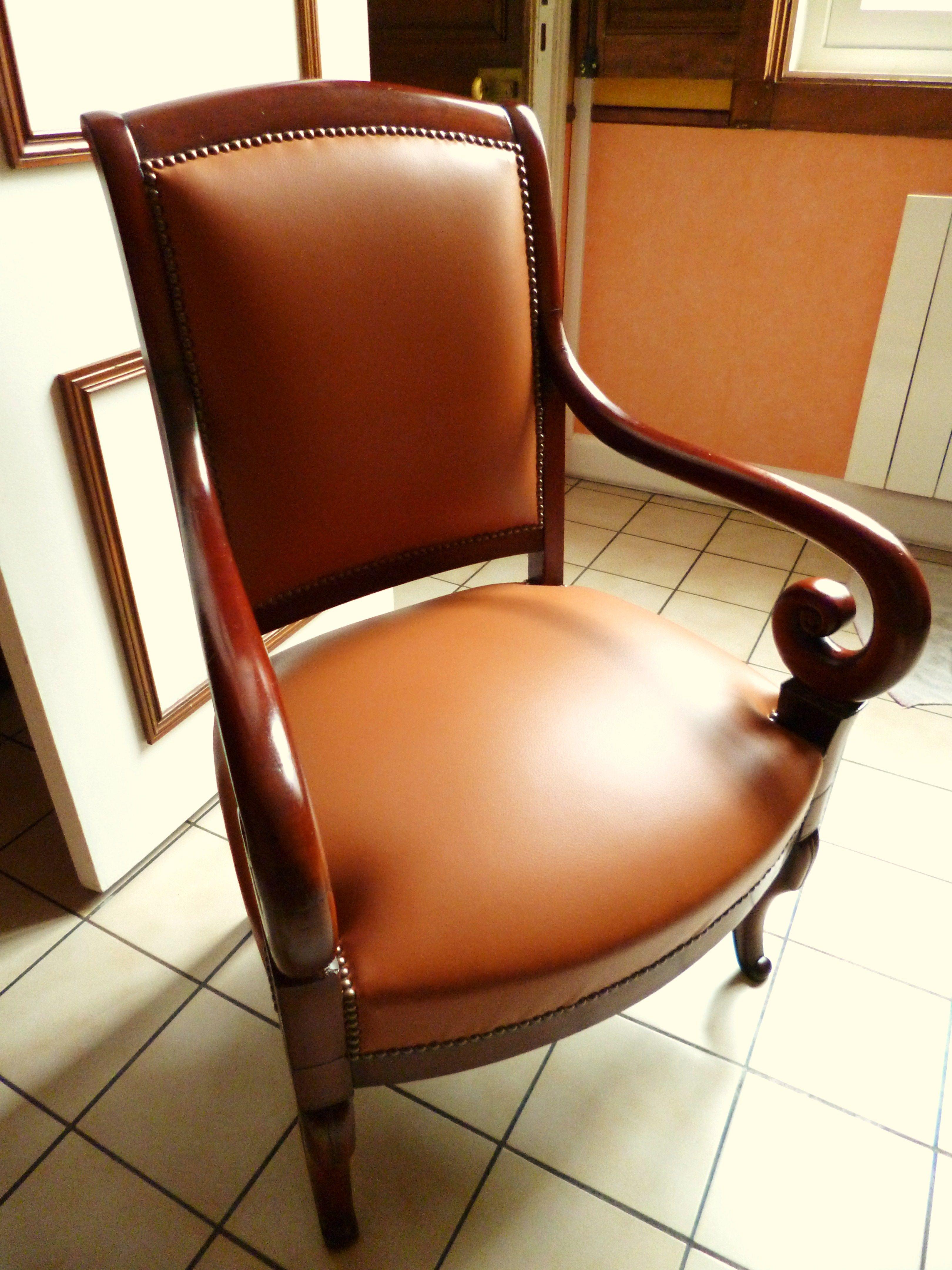 Fauteuil de style Louis-Philippe, cuir camel, clous décoratifs ...