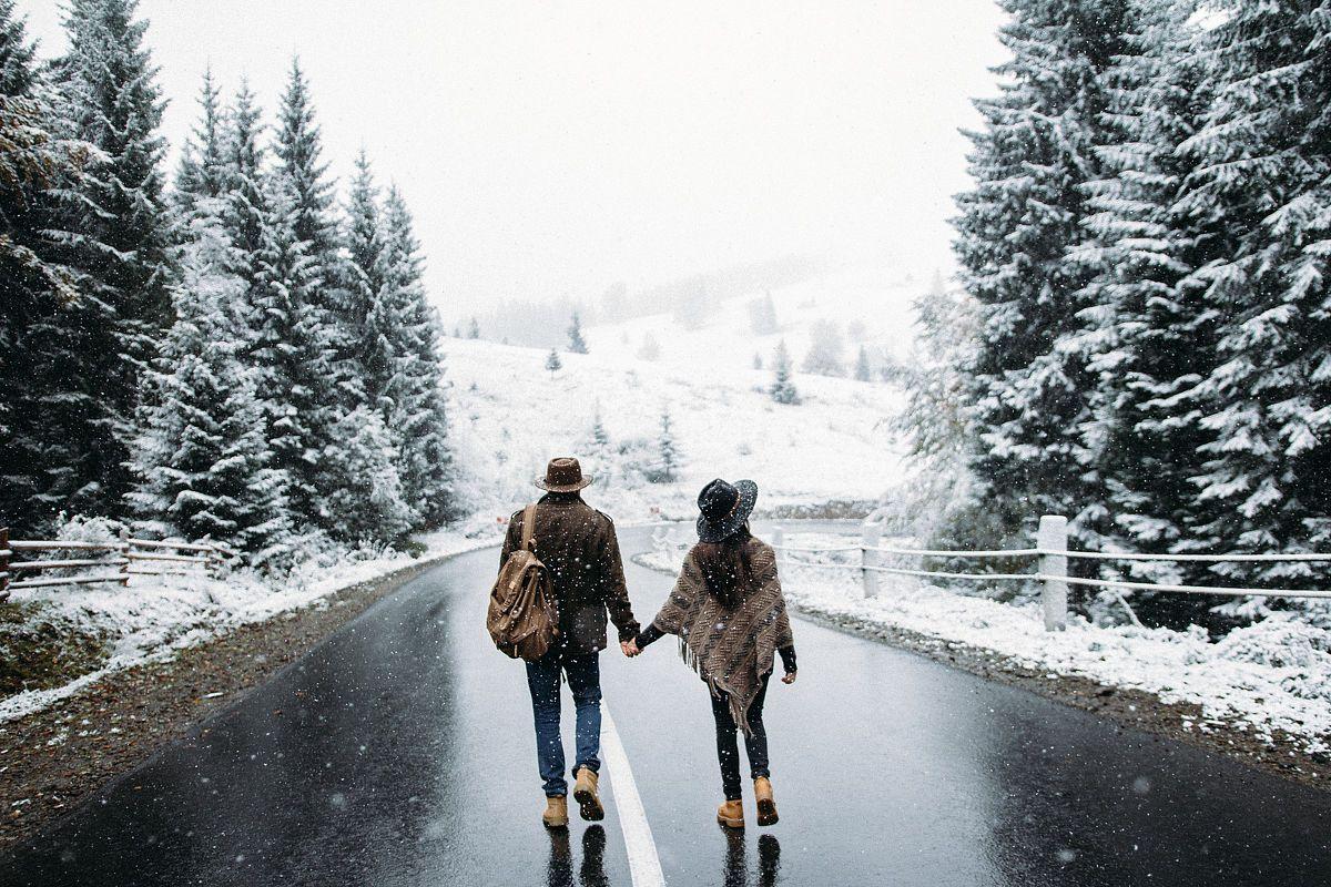 макси-юбки могут картинка двое идут по дороге со спины фиолетовое