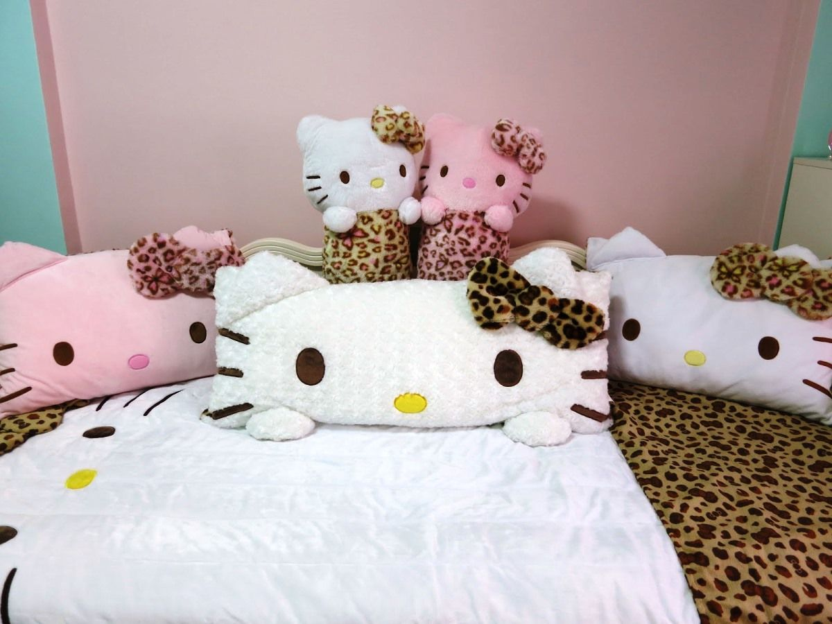 Bedrooms for girls hello kitty - Interior Cute And Pinky Hello Kitty Girls Kid Bedrooms Inviting Hello Kitty Bedroom Some Dolls As The Pillows