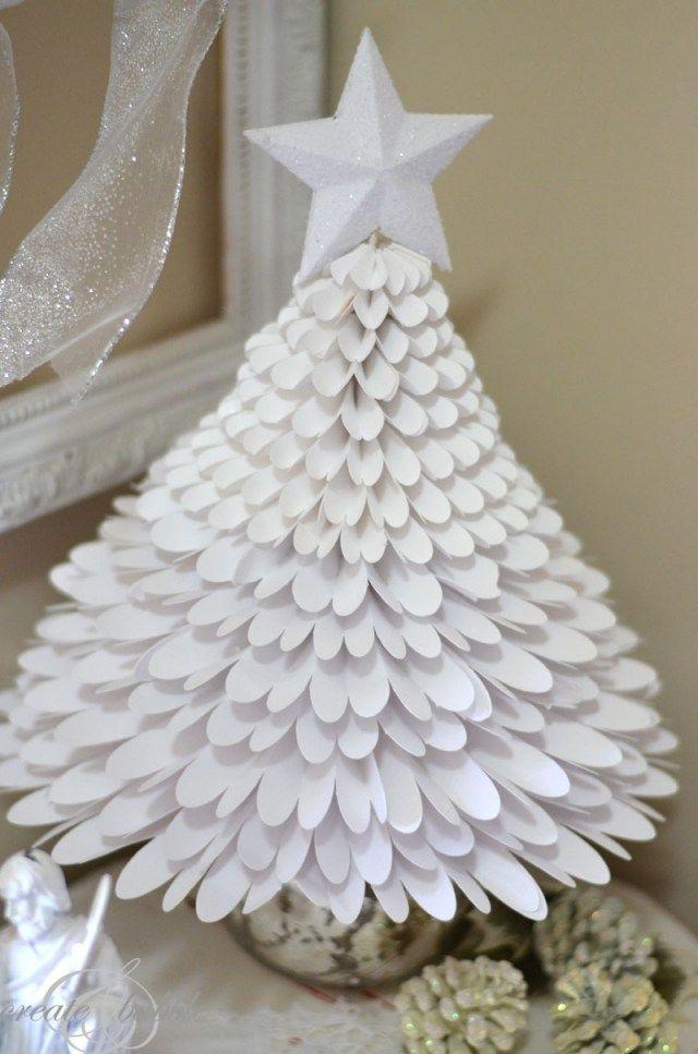 Un Petit Sapin De Noël Décoratif En Papier Blanc Avec Une