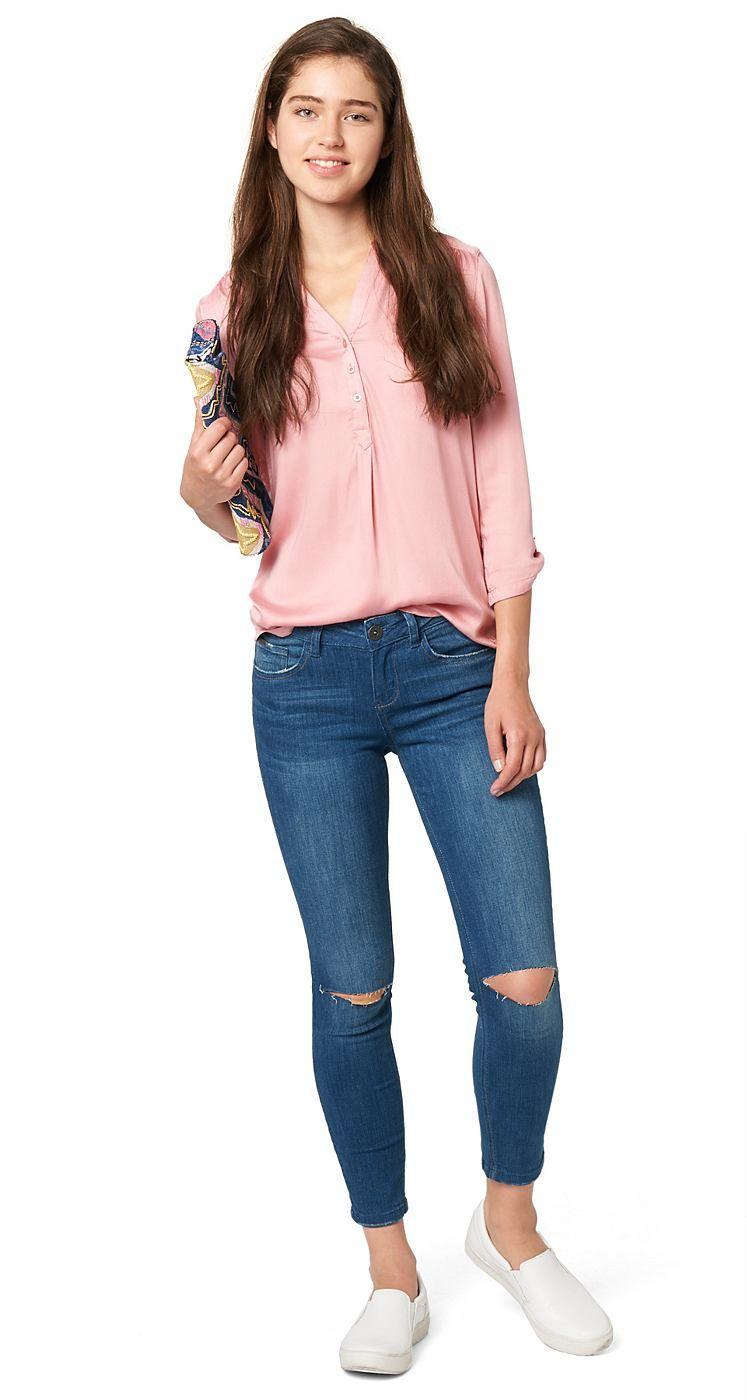 Knöchel-Jeans für Frauen (unifarben, 7/8-Beinlänge mit Knopf und Reißverschluss vorne) aus Jeans mit kleinem Stretch-Anteil, markante Used-Details an den Knien, leichte Fransenkante am Beinabschluss. Material: 99 % Baumwolle 1 % Elasthan...
