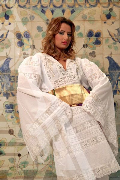 Tenue Traditionnelle Tunisienne Avec Broderie Blanche Habit