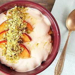 Millet com iogurte grego e nectarinas