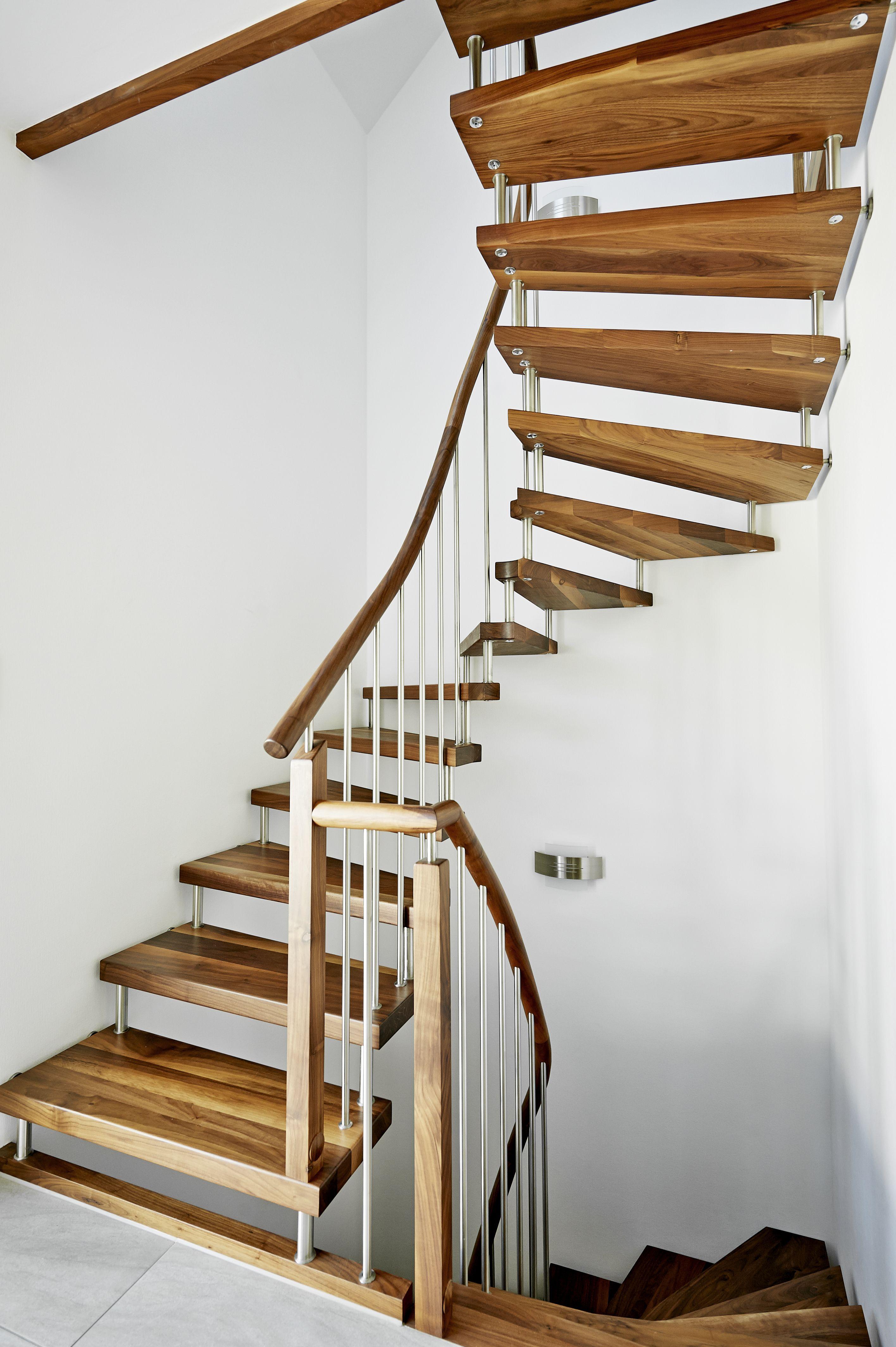 eine treppe die sich auch ohne den handlauf tr gt mit stufen aus wildem buntem amerikanischen. Black Bedroom Furniture Sets. Home Design Ideas