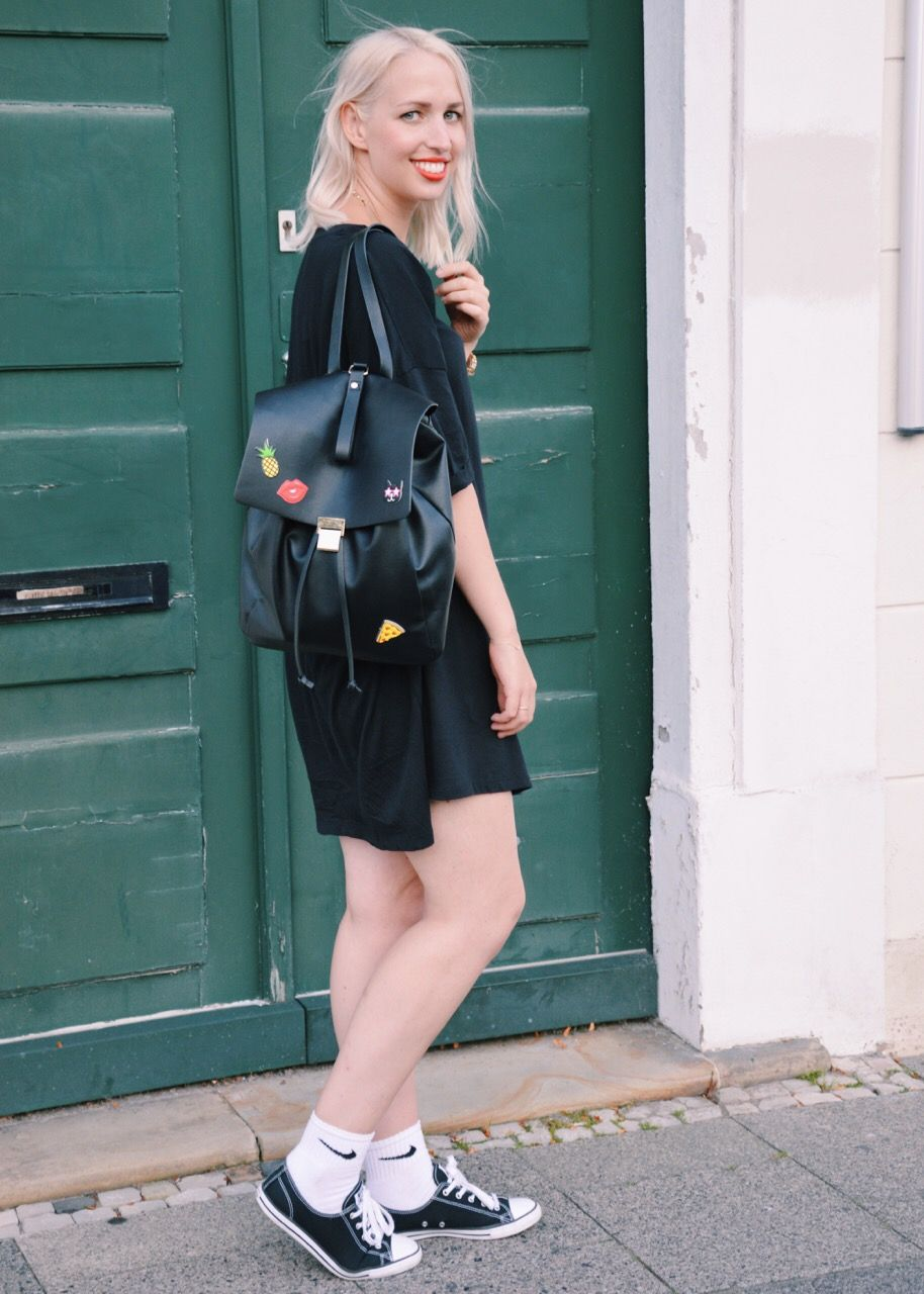 Streetstyle w/ Oversize Shirt Dress, Backpack, Patches & Nike Tennis Socks  #Streetstyle #Blogger #Modeblogger #Fashionblogger #Bloggerstyle #Streetstyleinspo #Style #Styleinspo #Outfit #OOTD #Outfitsinspo