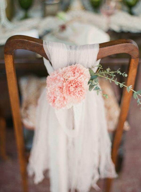 Auffallige Dekoration Mit Blumen Und Organza Auf Dem Stuhl Zur