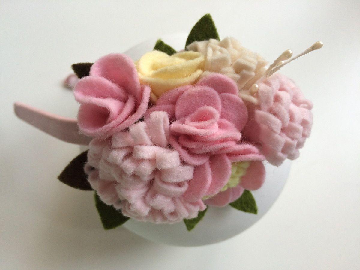 """***ATENÇÃO: Imagens ilustrativas, produto vendido por unidade*** <br> <br>Tiara encapada decorada com um lindo arranjo de rosas e flores de feltro formando este lindo bouquet estilo Shabby Chic. <br> <br>tamanho aproximado do arranjo 5cm x 10cm <br> <br>cores disponíveis: <br>============ <br> <br>1) tons rosa claro com bege <br>2) tons salmão com coral <br>3) tons rosa com pink <br> <br> Favor citar no campo """"Comentário para o vendedor"""" no momento do pedido a cor desejada. <br> <br>As cores…"""