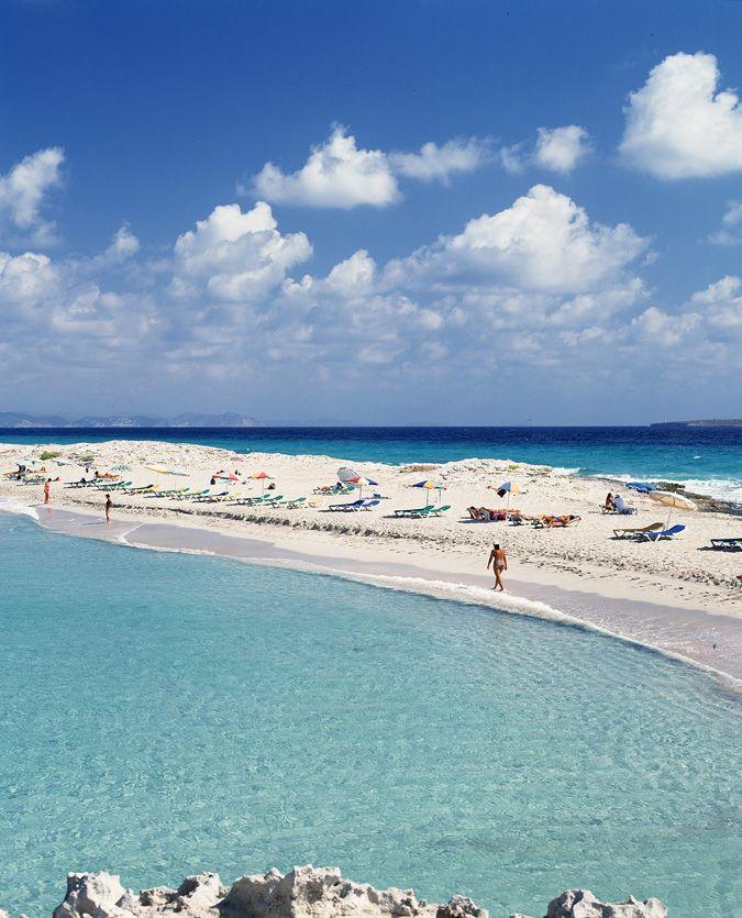 Es Pujols - Web oficial de turismo de Formentera - Playas de Formentera: Playa de Es Pujols, 690 metros de arena blanca