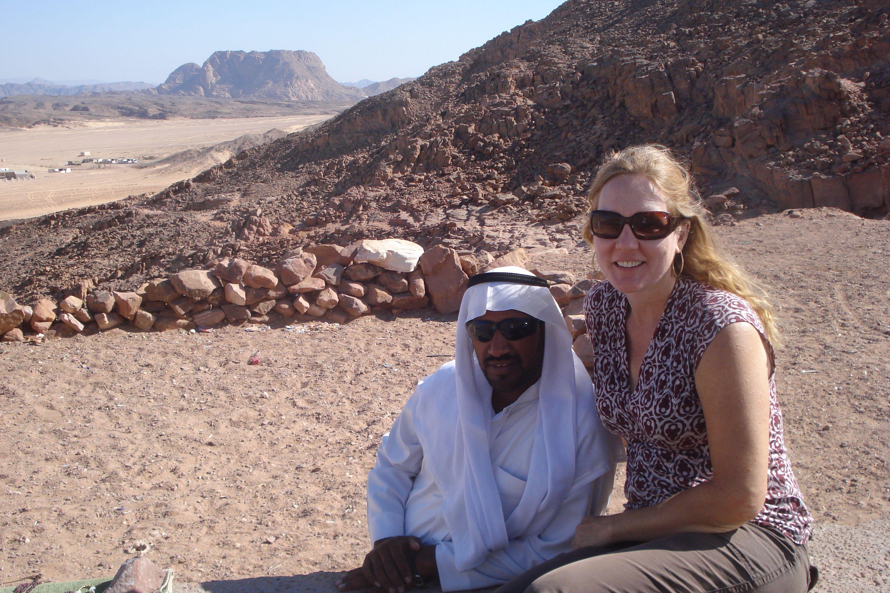 posando com um beduino no Egito