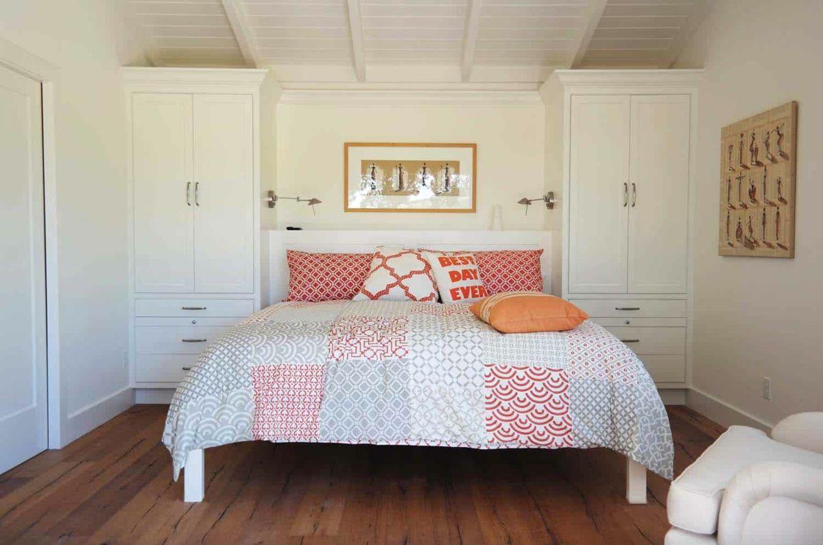 12 Qm Zimmer Einrichten Mit Kleiderschranken Statt Nachtschranken Neben Dem Bett Zimmer Einrichten Ideen Fur Kleine Schlafzimmer Kleines Schlafzimmer