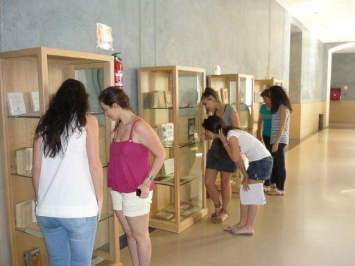 """Exposición bibliográfica """"Viajes y aventuras"""" en el CEUP (2011) #exposiciones #libros #viajes #biblioteca #uex"""