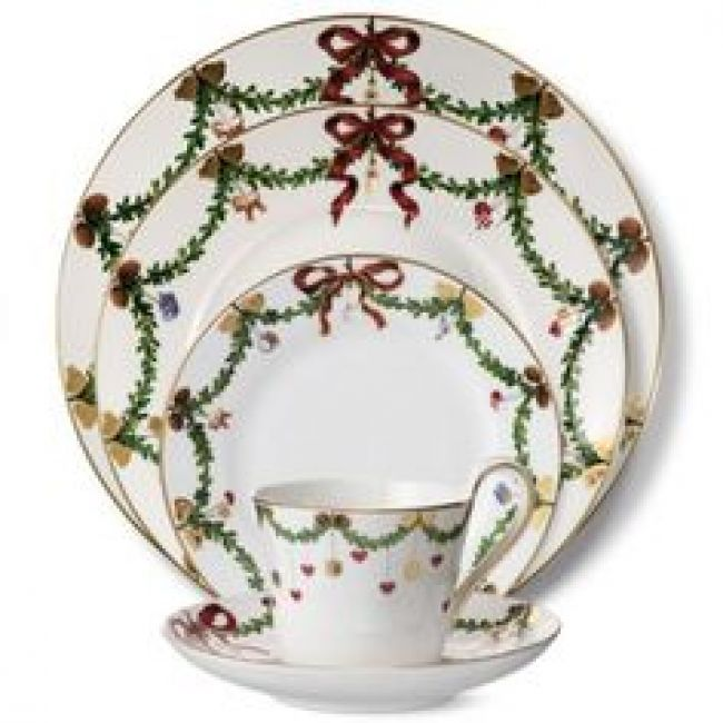 Setting A Table And Using The Christmas Dinner Service From Royal Copenhagen Has Its Place Am Christmas China Patterns Christmas Dinnerware Christmas Tableware
