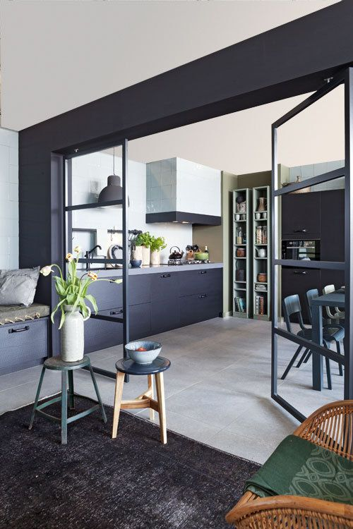 jaime beaucoup cette sparation vitre entre la cuisine et le salon avec un fil conducteur dans la couleur noire qui rend lensemble chic kitchen living
