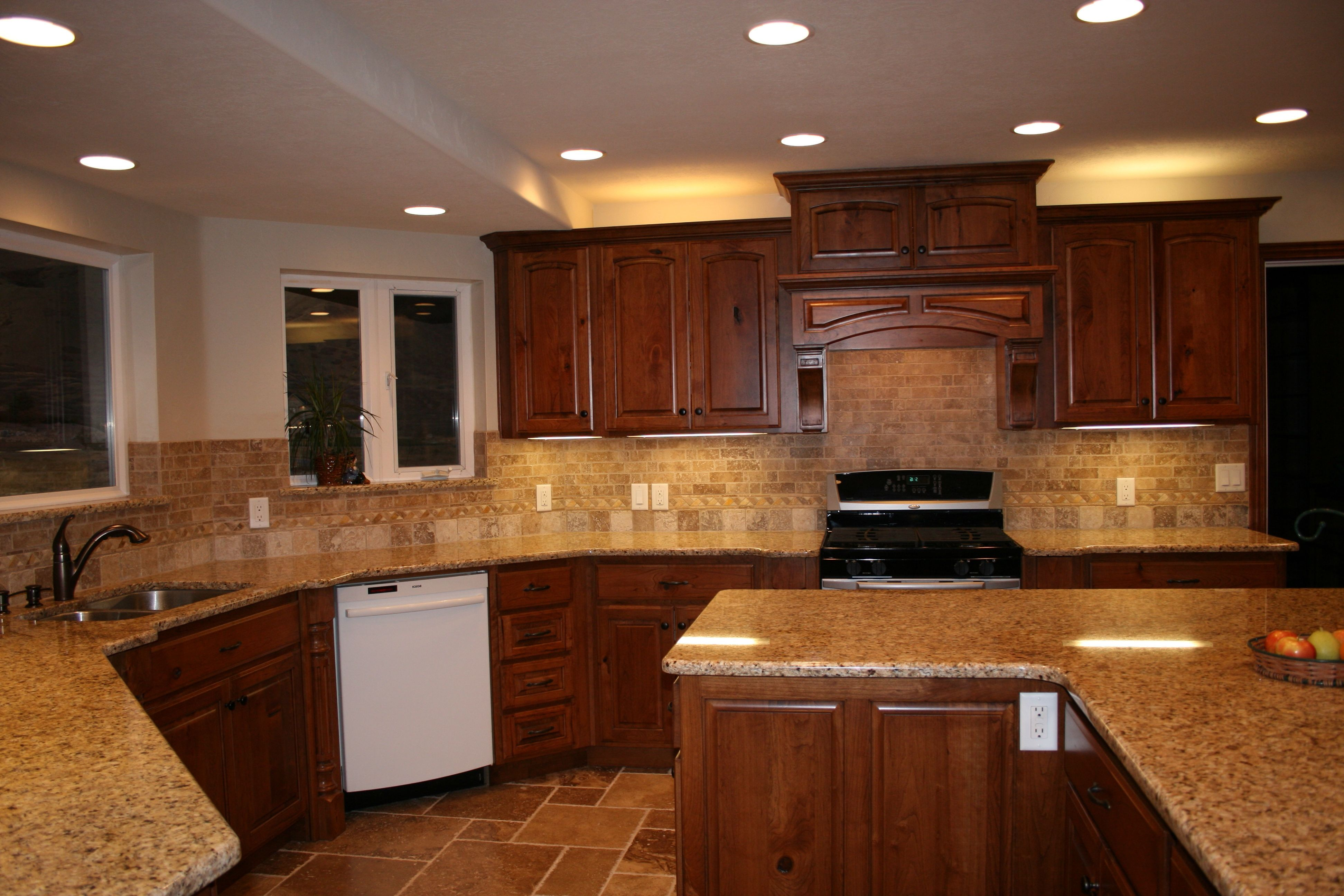 Kirsche Kuche Kabinette Mit Granit Arbeitsplatten Braun Vintage Leder Sitzgelegenhe Cherry Cabinets Kitchen Glass Kitchen Cabinet Doors Kitchen Island Cabinets
