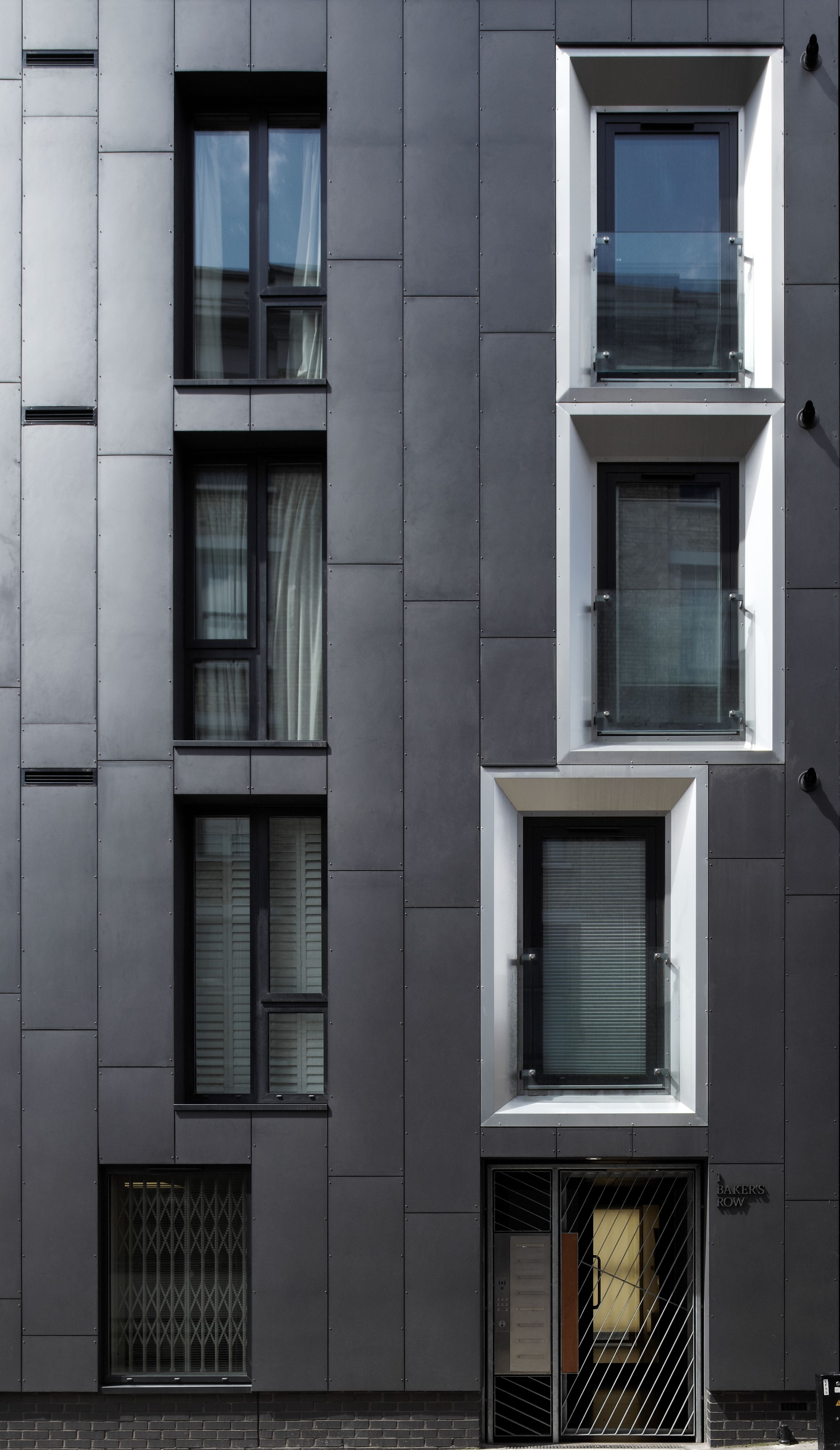 Anthracite equitone facade panels in bakers row london for Minimalismus haus tour