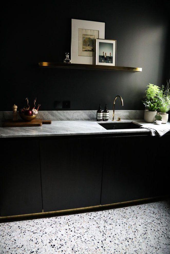 Idée décoration Salle de bain plinthe laiton   meuble noir   plan - Plinthe Salle De Bain