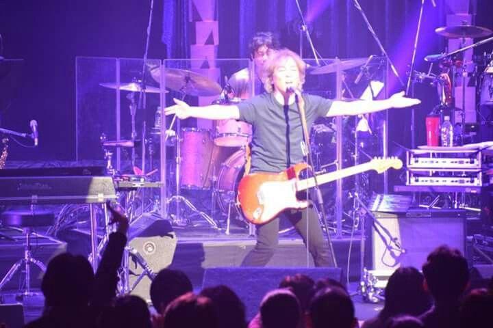 《ライブレポート》  佐野元春35周年アニバーサリー・ツアー、今夜の公演は札幌市教育文化会館。街はすっかり雪景色。気温はかなり下がっているが、会場は待っていてくれたファンの熱気でいっぱいだ。今夜もコヨーテ・グランド・ロッケストラによる新旧の曲を取りまぜてトータル3時間を越すロック・ショーを展開。昨年8月におこなったライジングサン・ロックフェスティバルをみて訪れた新しいファンも多い。元春とバンドの熱演に札幌ファンの熱い声援は最後まで絶えなかった。札幌ライヴにお越しのみなさん、ありがとうございました。